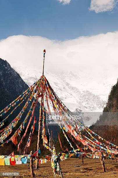 Gebetsfahnen vor dem Dorf Yubeng im Naturreservat Meili Xue Shan