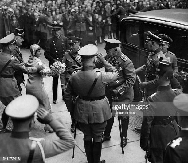 Hindenburg Paul von *02101847Offizier Politiker DGeneralfeldmarschallReichspraesident zum 85 Geburtstag eine Frau durchbricht die Absperrung und will...