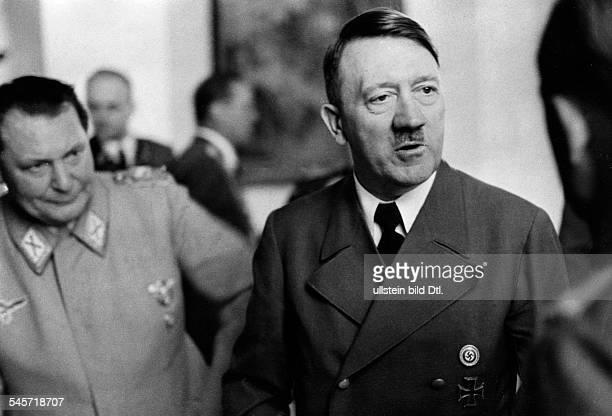 Geburtstagsempfang im Berghof auf demObersalzberg bei Berchtesgaden AdolfHitler im Gespräch mit einem Gast linksHermann Göring