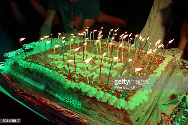 Geburtstagtorte mit brennenden Kerzen von E v a J a c o b zum 70 Geburtstag Lokal Hooters Sachsenhausen Frankfurt/Main Hessen Deutschland Europa...
