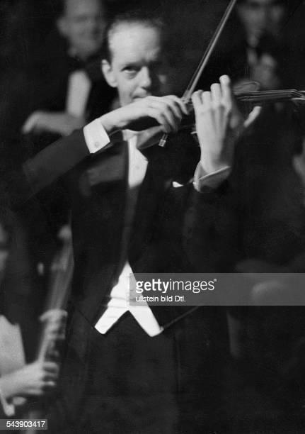 Geczy Barnabas von Violinist Hungary*04031897Kapellmeister Photographer Curt Ullmann Published by 'Hier Berlin' 34/1936Vintage property of ullstein...