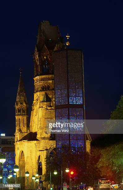 gedaechtnis kirche and kaiser wilhelm church lit up at night. - kirche - fotografias e filmes do acervo