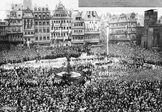 Gedächtnisfeier zum 75. Jahrestag desZusammentritts des ersten deutschenParlaments in der Paulskirche inFrankfurt/Main. Die Menschenmenge vor...
