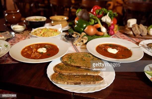 Gedeckter Tisch im russischen Restaurant Voland in Berlin Borschtsch und geröstetes Knoblauchbrot