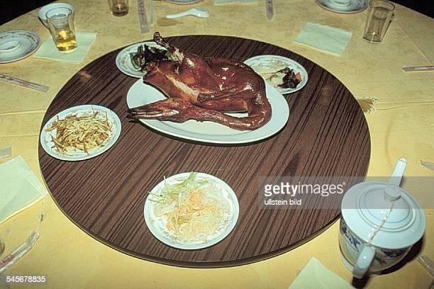 Gedeckter Tisch mit Peking Ente ineinem Lokal in Beijing 1994