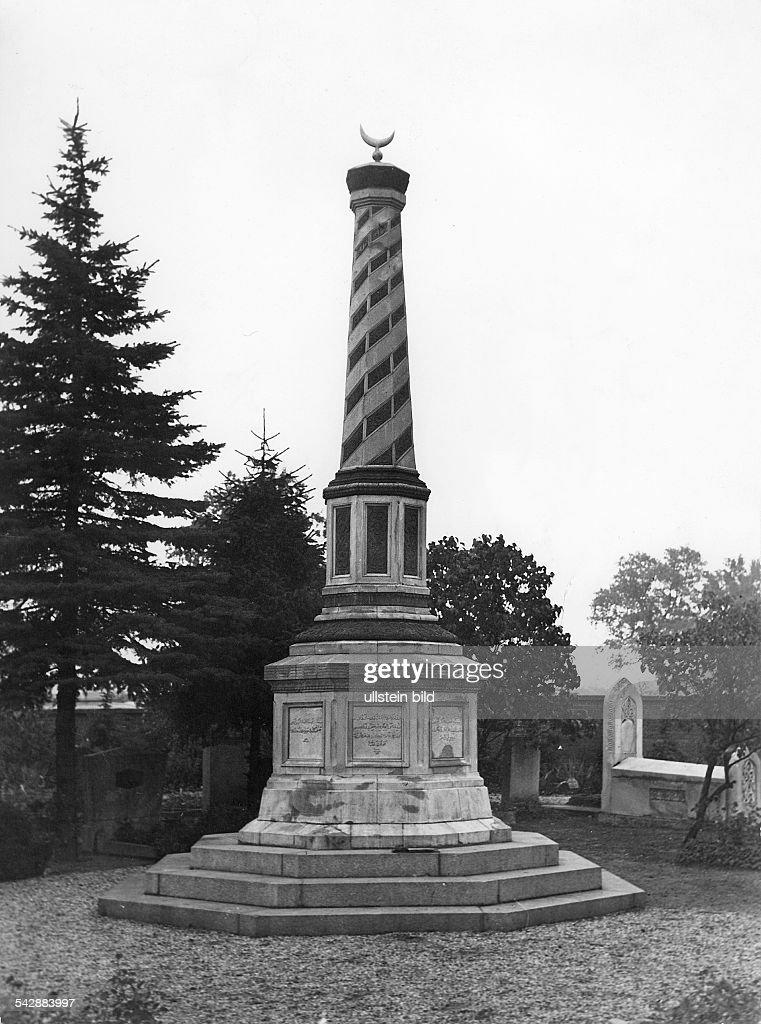 Berlin - Friedhöfe: Gedenk - Säule mit Halbmond auf der Spitze auf dem islamischen Friedhof am Columbiadamm in Neukölln : Nachrichtenfoto