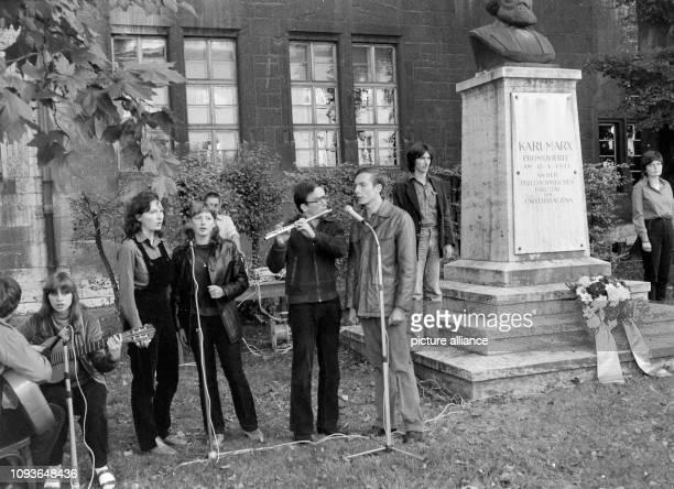 Gedenkveranstaltung an der Büste von Karl Marx am Hauptgebäude der Universität Jena aufgenommen am Die überlebensgroße Bronzefigur von Will Lammert...