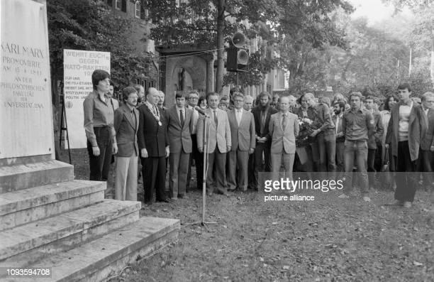Gedenkveranstaltung anläßlich der 425Jahrfeier der FriedrichSchillerUniversität Jena an der Büste von Karl Marx am Hauptgebäude der Universität Jena...