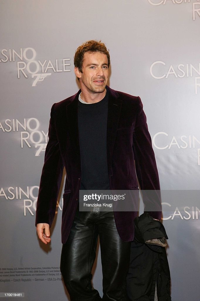 gedeon burkhard in germany at premiere of 39 casino royale 39 in cinestar nieuwsfoto 39 s getty images. Black Bedroom Furniture Sets. Home Design Ideas