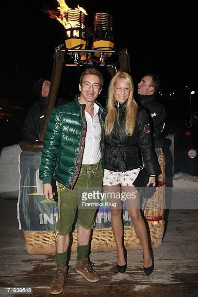 Gedeon Burkhard Mit Freundin Anika Bormann Beim Tiroler Abend Im Dorfstadl Am Tag 3 Des Rennens Beim Tirol Cross Mountain 2011 In Kühtai