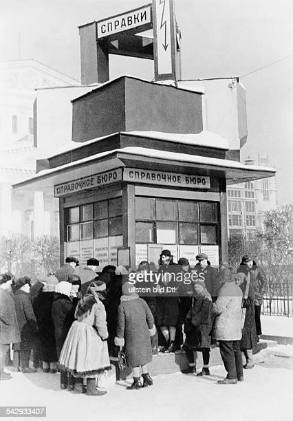 Gedränge vor einem Kiosk der als Touristeninformation dient 1932Foto Unionbild StrassbergFoto ist Teil einer Serie Weitere Motive im Originalebestand