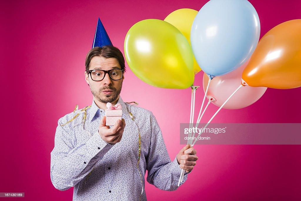 Tecnología. hombre con rosa de regalos y cinco globos de cumpleaños! : Foto de stock
