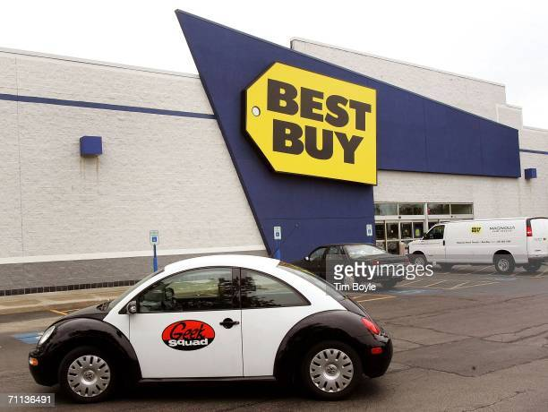 Geek Squad double agent Moira Hardek leaves for a service call from a Best Buy store June 6 2006 in Niles Illinois Best Buy is reportedly testing...