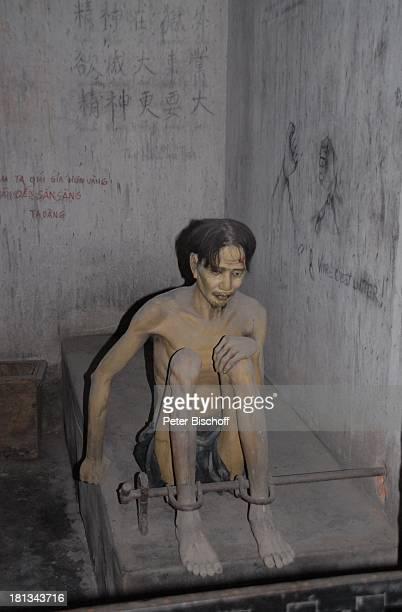 Gefangener im TigerKäfig Kriegsmuseum Ho Chi Minh City Vietnam Asien Folter Ketten angekettet Opfer Krieg Ausstellung Reise