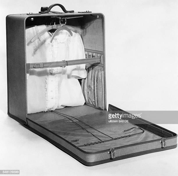 Geöffneter Koffer mit Bluse darin 1939