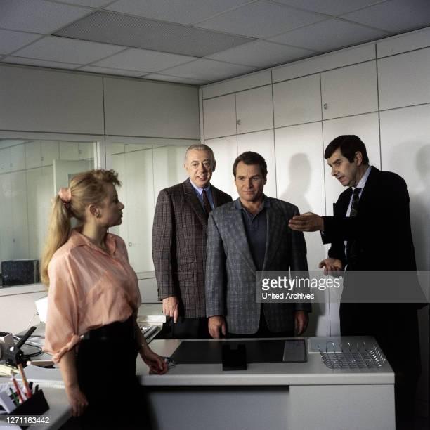 Gefährlicher Weg durch die Nacht Deutschland 1990 / Nach dem tödlichen Anschlag auf Edgar Klose, ermittelt Derrick bei Dr. SchÜler. Szene mit UTE...