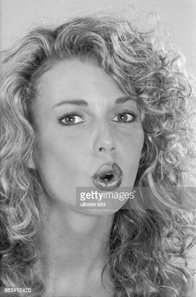 Gegen Lippenfalten bildet eine Frau ein rundes o mit den Lippen und senkt das Kinn Die Übung wird mit weiteren Aufforderungen für die Mimik...