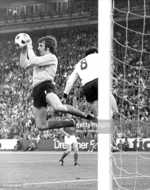 Geglückte Abwehrparade von Jürgen Croy, Torwart der DDR-Elf, der hier am beim Vorrundenspiel DDR - Bundesrepublik im Hamburger Volkspark-Stadion...