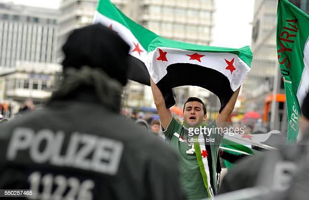 Gegner der syrischen Regierung protestieren in Berlin gegen eine Kundgebung von syrischen Regierungsanhängern und fordern Freiheit und Demokratie