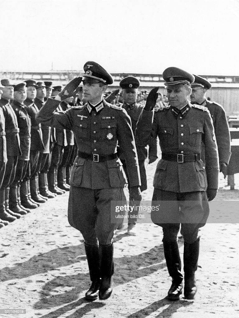 Gehlen, Reinhard - Offizier, (l.) schreitet die Front der Wlassow-Armee ab : News Photo