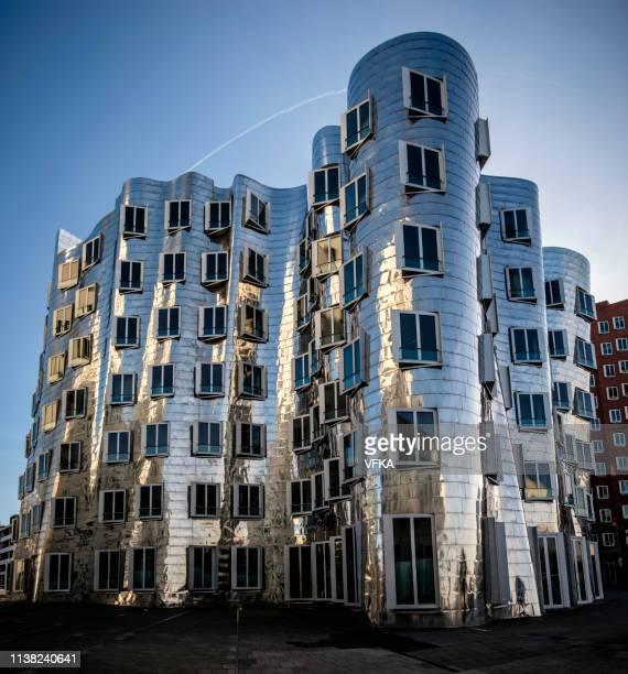 gehry buildings, neuer zollhof, düsseldorf medienhafen (media harbour), germany - medienhafen stock-fotos und bilder