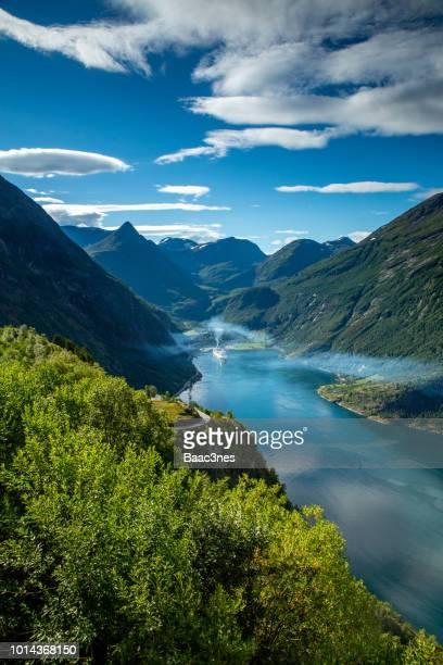geirangerfjord - cruise ships pollute - noruega fotografías e imágenes de stock