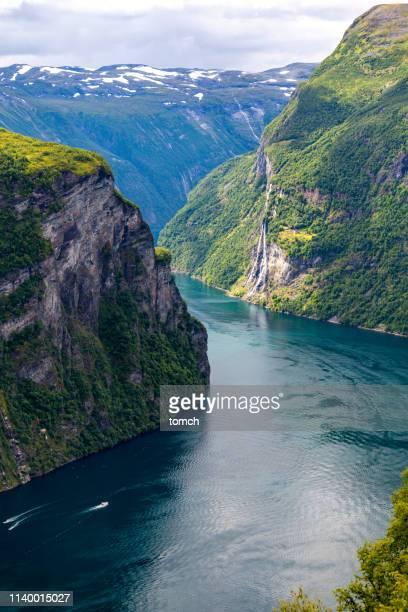 fiordo de geirangerfjord y cascada de las siete hermanas. - noruega fotografías e imágenes de stock