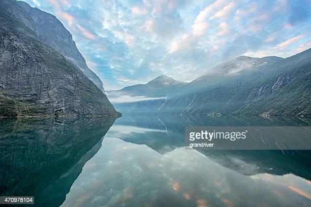 Geirangerfjord en Norvège au lever du soleil