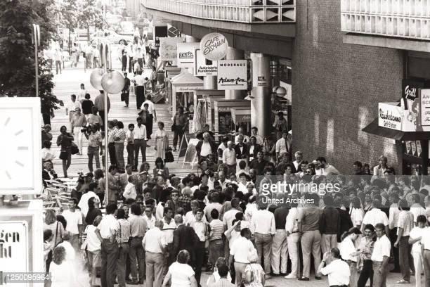 Geiselnahme von Gladbeck - 18 August 1988: 10.53 Uhr Der Fluchtwagen der beiden Geiselgangster Hans-Jürgen Rösner und Dieter Degowski und ihrer...