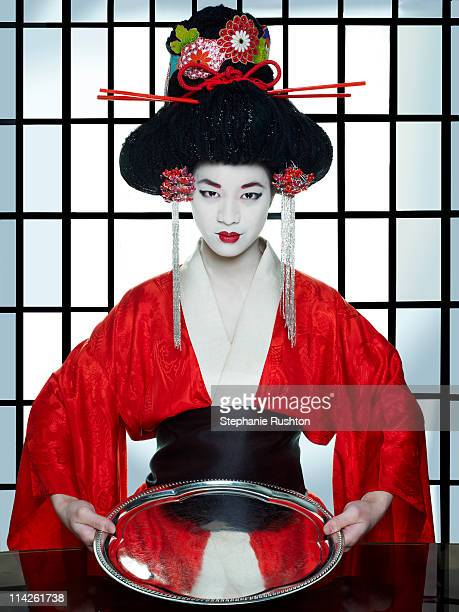 geisha girl holding an empty tray - geisha photos et images de collection