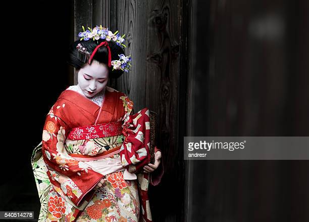 geisha wearing a beautiful kimono - geisha photos et images de collection