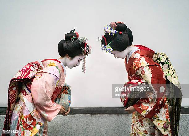 geishas greeting each other - geisha photos et images de collection