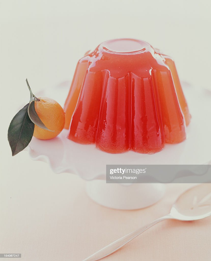 Gelatin mold on platter with orange. : Bildbanksbilder