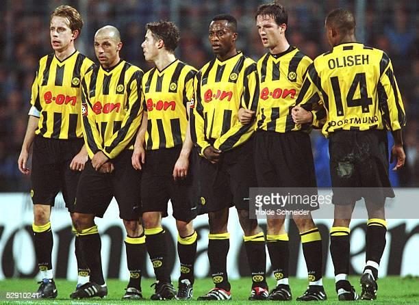 Gelsenkirchen; FC SCHALKE 04 - BORUSSIA DORTMUND 2:1; MAUER DORTMUND: Joerg HEINRICH, Giuseppe REINA, Lars RICKEN, Ibrahim TANKO, Fredi BOBIC, Sunday...