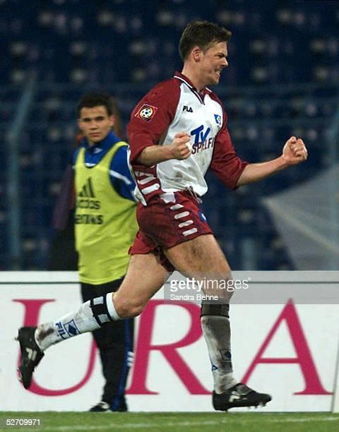 1 BUNDESLIGA 00/01 Gelsenkirchen FC SCHALKE 04 HAMBURGER SV Jubel nach Tor zum 01 Erik MEIJER/HSV