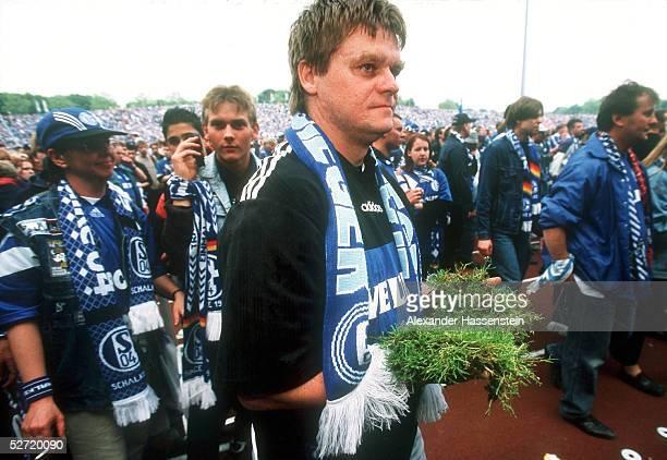 Gelsenkirchen; FC SCHALKE 04 - SPIELVEREINIGUNG UNTERHACHING 5:3; LETZTES SPIEL im PARKSTADION: SCHALKE FAN mit RASENSTUECK