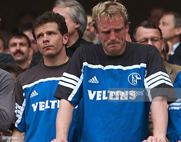 Gelsenkirchen; FC SCHALKE 04 - SpVgg UNTERHACHING 5:3; Enttaeuschte Schalker - Andreas MOELLER und Michael BUESKENS