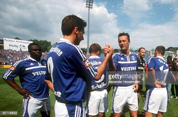 1 BUNDESLIGA 00/01 Gelsenkirchen FC SCHALKE 04 SPVGG UNTERHACHING 53 SCHALKER SPIELER vor dem Anpfiff Gerald ASAMOAH Nico VAN KERCKHOVEN Joerg BOEHME...