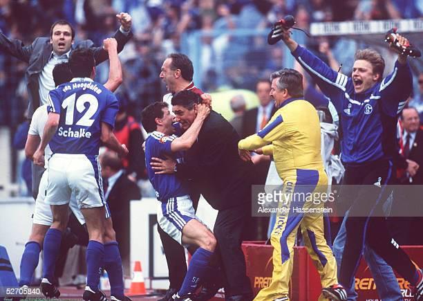 Gelsenkirchen; FC SCHALKE 04 - SpVgg UNTERHACHING 5:3; Verfruehter SCHALKE JUBEL nach dem Spiel; v.lks.n.r: Marco van HOOGDALEM, Andreas MOELLER,...