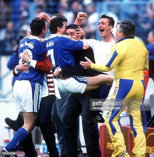 1 BUNDESLIGA 00/01 Gelsenkirchen FC SCHALKE 04 SpVgg UNTERHACHING 53 Verfruehter SCHALKE JUBEL nach dem Spiel vlksnr Marco van HOOGDALEM Andreas...