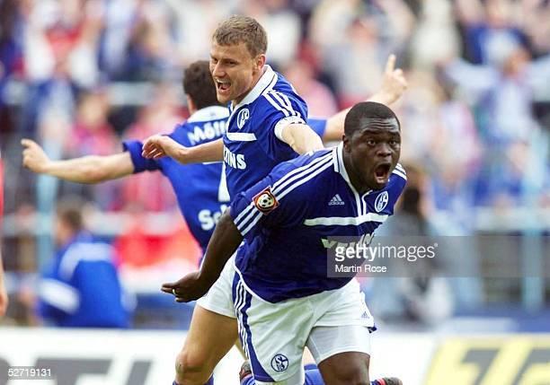 1 BUNDESLIGA 00/01 Gelsenkirchen FC SCHALKE 04 SpVgg UNTERHACHING JUBEL nach seinem TOR zum 22 von Gerald ASAMOAH mit Ebbe SAND und Andreas MOELLER...