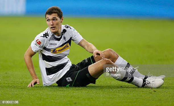Gelsenkirchen Germany 1 Bundesliga 6 Spieltag in Gelsenkirchen FC Schalke 04 Borussia Moenchengladbach Andreas Christensen sitzt auf dem Rasen