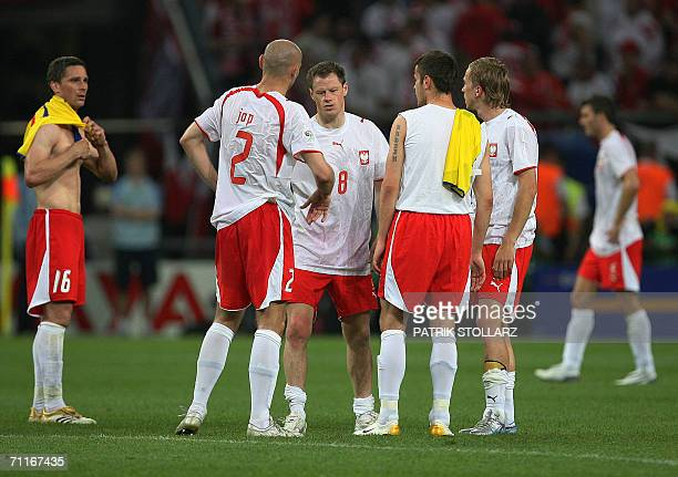Polish players look dejected at the end of the Fifa World Cup 2006 group A football match Poland vs Ecuador 09 June 2006 at Gelsenkirchen stadium...
