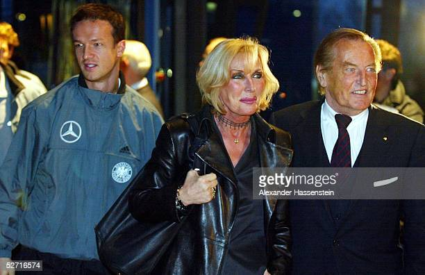 NATIONALMANNSCHAFT 2002 Gelsenkirchen PRAESENTATION/LOGO fuer die WM 2006 Fredi BOBIC DFB PRAESIDENT Gerhard MAYERVORFELDER mit seiner Frau Margit