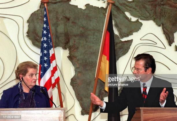 Gemeinsam erläutern Bundesaußenminister Klaus Kinkel und seine amerikanische Amtskollegin Madeleine Albright am 8.3.1998 im Weltsaal des Bonner...