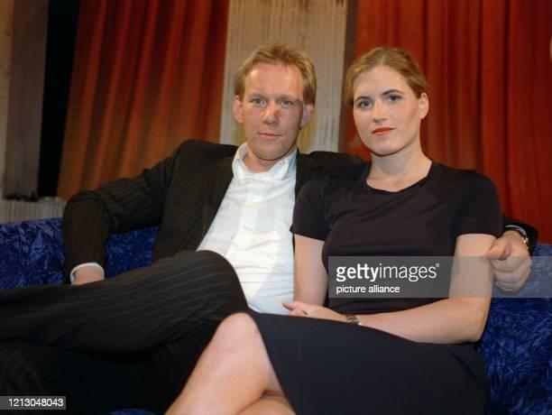 Gemeinsam sitzen der Fernsehmoderator Johannes B. Kerner und seine Ehefrau Britta Becker, Hockey-Nationalspielerin, bei der Aufzeichnung der...