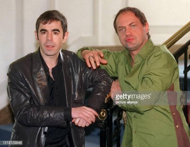 Gemeinsam stellen die Schauspieler Oscar Ortega Sanchez und Uwe Ochsenknecht am 3112000 in Hamburg ihren neuen Film Fußball ist unser Leben vor In...
