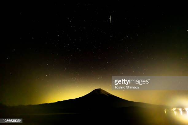 geminid meteor shower and mt.fuji - geminid meteor shower stock pictures, royalty-free photos & images