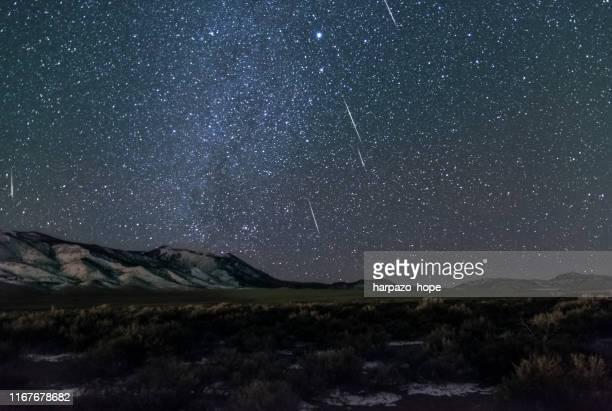 geminid meteor shower in rural utah. - stella cometa foto e immagini stock