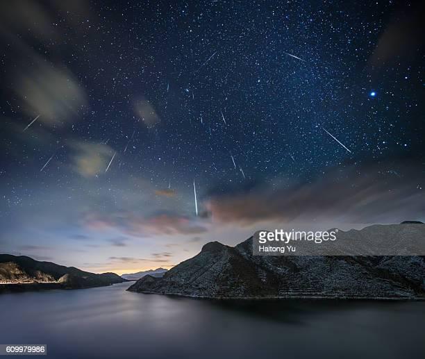 geminids meteor shower - meteorite foto e immagini stock